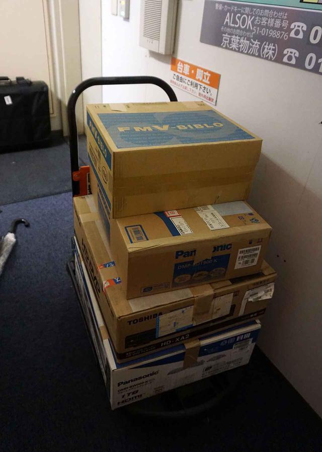 画像: 須賀さんが引き取ったDVDは、段ボール6箱を超えた。写真の分をコンビニから宅急便で送った後、箱に収まらなかったディスクは紙袋でハンドキャリーしていた
