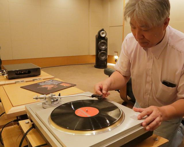 画像: レコードに針を降ろす三浦氏。