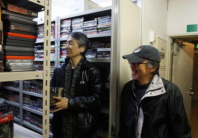 画像: 堀切さんの、「クライテリオンDVDを受け継いでくれるのは須賀さんしかいない!」というひと言で、ほぼ棚ひとつ分のディスクを引き取ることに。それでも嬉しそうな須賀さんでした