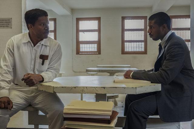 """画像2: 司法の闇と闘う逆転劇に挑む""""奇跡の実話""""を映画化した『黒い司法 0%からの奇跡』(2/28公開)。物語に重厚さを与えるゴスペル曲を解説!"""