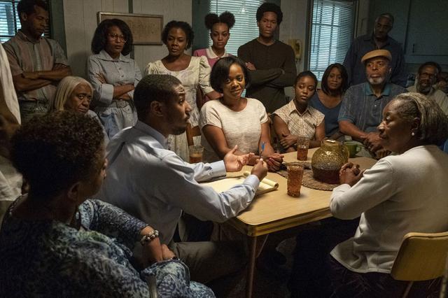 """画像3: 司法の闇と闘う逆転劇に挑む""""奇跡の実話""""を映画化した『黒い司法 0%からの奇跡』(2/28公開)。物語に重厚さを与えるゴスペル曲を解説!"""