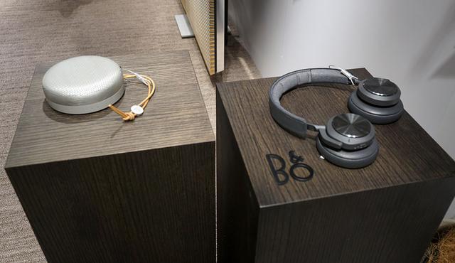 画像: Bluetoothスピーカー「Beoplay A1」(左)とヘッドホンの「Beoplay H7」(右)。こちらもシーズンカラーをラインナップ
