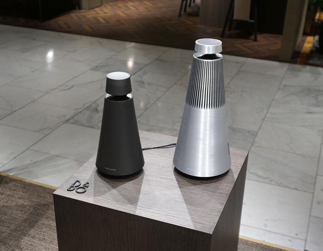 画像: 「BeoSound 1」(左)はマットブラック仕上げが準備された。右の「BeoSound 2」はアルミの表面に細かなスクラッチを加えることで落ち着いた印象に変更された