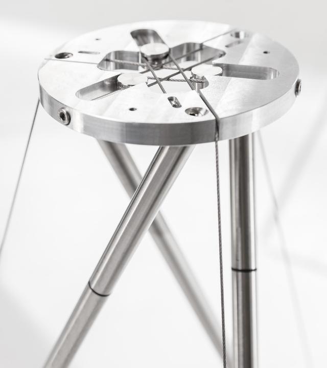 画像: Concept 300を受けるのが薄型の硬質ステンレススチール・バーによる三脚型スタンド。一般的な構造のスタンドと比べて共振が少ないという