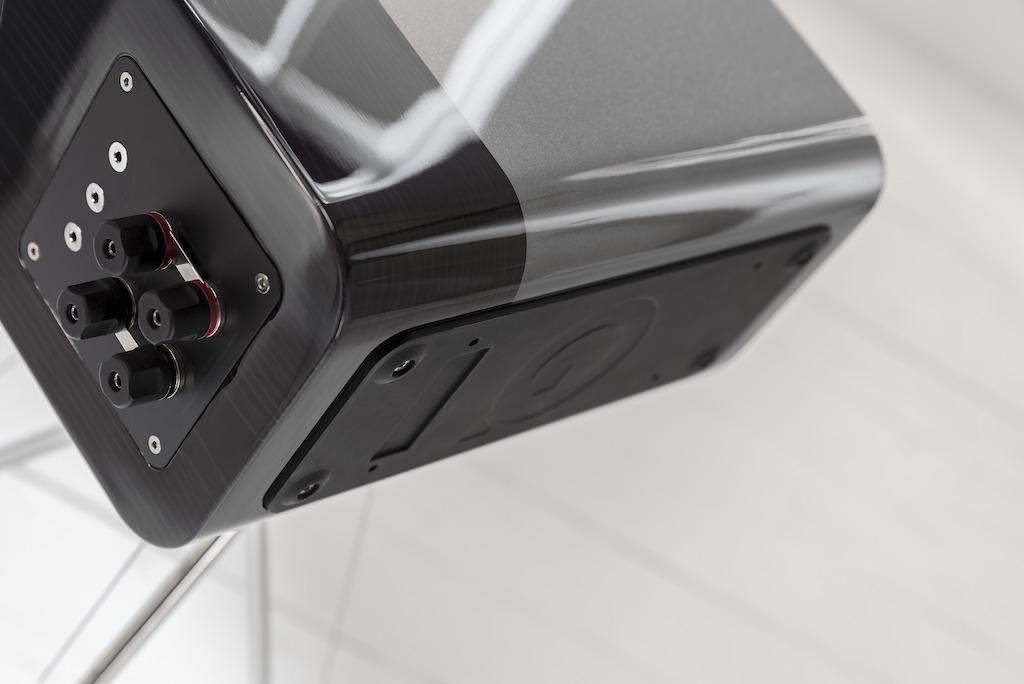 画像: Concept 300は、スタンドにガッチリと固定「しない」のがユニークなポイント。スピーカーの底に免震機構 (アイソレーション・ベース) を使用した一体型のプレートを取り付け、4点のスプリングの上にスピーカーが乗る構造となっている