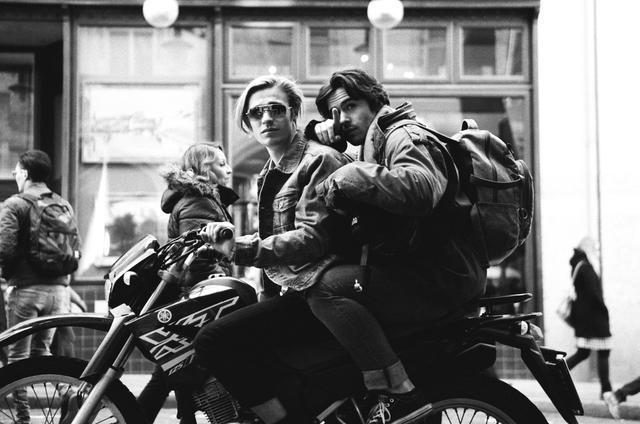 画像: 突然現れる颯爽としたバイクは、曲と相まって観る者を痺れさせる!