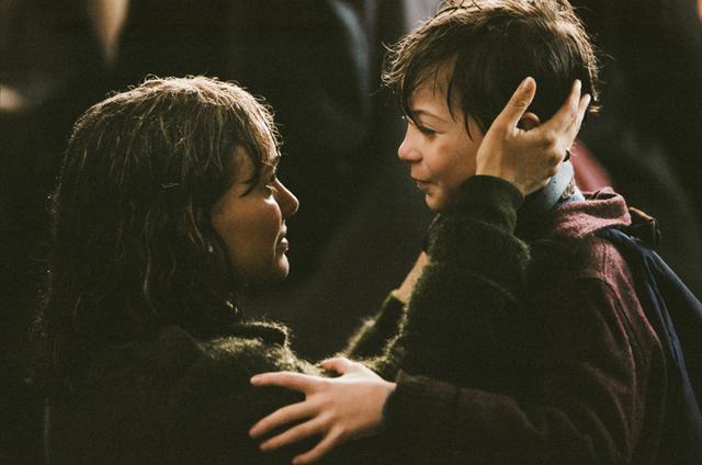 画像: ルパートの母役にナタリー・ポートマン。雑踏のなかでふたりが駆け寄るシーンは印象的だ