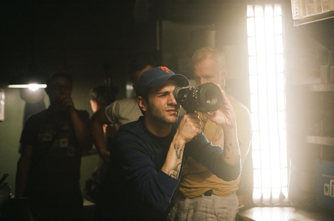 """画像: 視覚効果や照明に詳しく、撮影現場では実際にファインダーを覗いて撮影監督の大部分の仕事をするというドラン。撮影監督のアンドレ・テュルパンは、自分のことを""""監督の解説者""""だと語る"""
