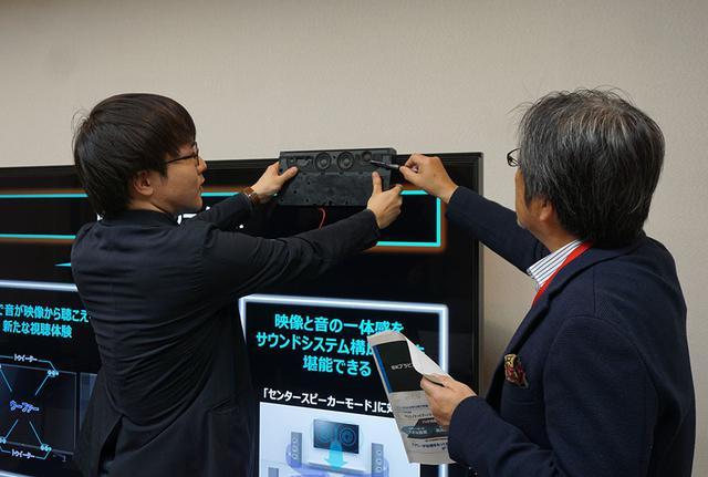 画像: 上側のスピーカーボックスの取り付け位置や方法について、山本さんの質問に応える開発者の萩尾さん