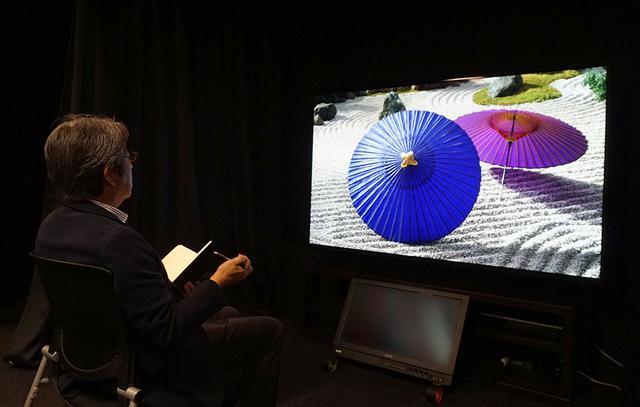 画像: KJ-85Z9Hの取材は、ソニー社内の視聴室で、業務用8K RFレコーダーや4K UHDブルーレイプレーヤーを使って行っている。上は映像関連のチェックをしている様子