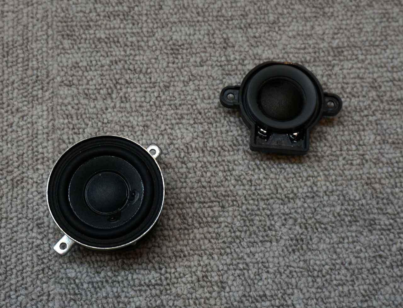 画像: 右上が高域用の20mmソフトドーム型トゥイーターで、マグネットにはネオジウムが採用されている。左下は42mmのミッドレンジウーファーで、こちらは各チャンネルに2基ずつ搭載されている