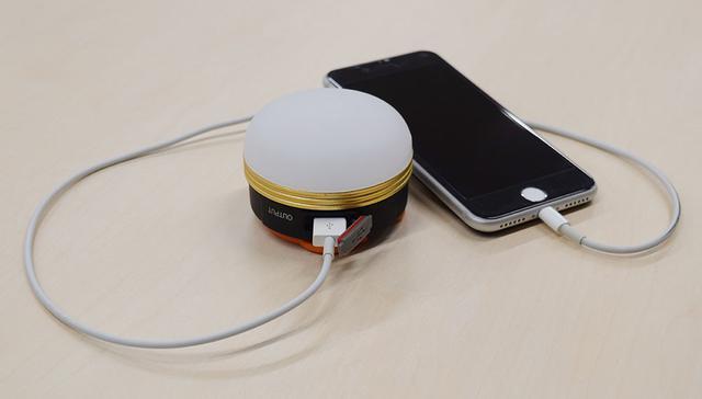 画像: LEDランタンにスマホをつなぐことで、スマホの充電も可能