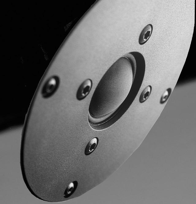 画像: ↑シルクドーム・トゥイーターは、ノルウェーのスピーカーユニットメーカーであるSEAS(シアーズ)と協同開発したJUBILEE専用のカスタムメイド