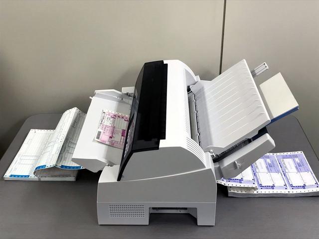 画像: オプションのトレイを装着すると、各種書類を同時にセットしておけるようになる