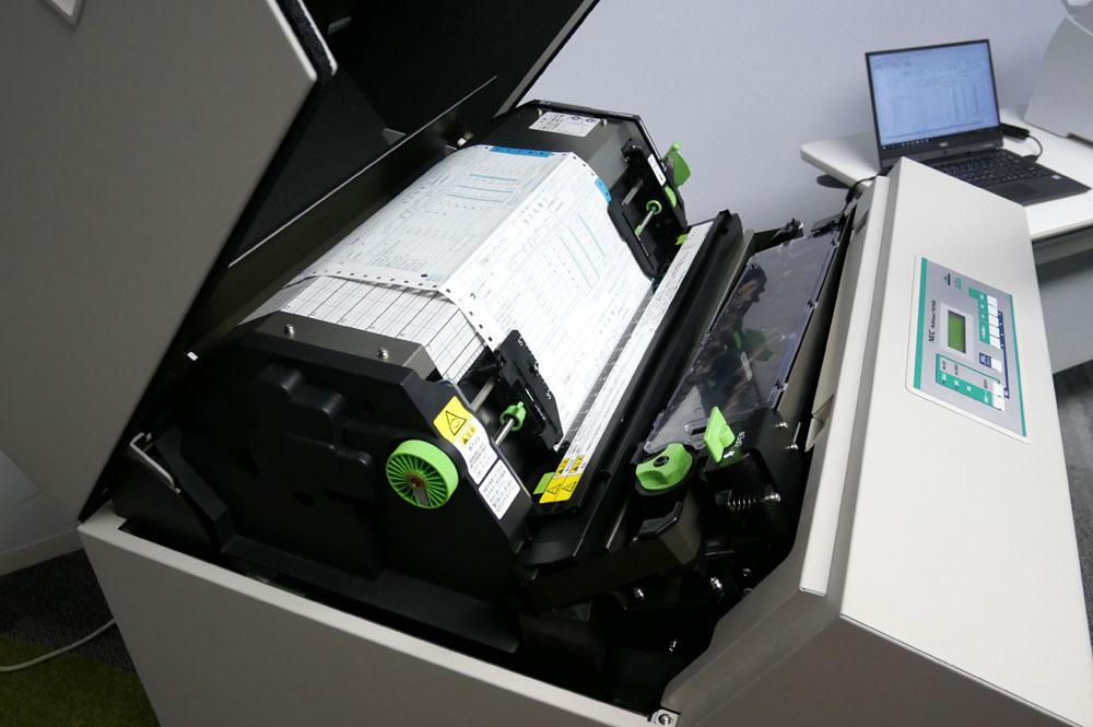 画像: 750/500Eの上部カバーを開けたところ。定規のような形をしたヘッドが面で印字していく