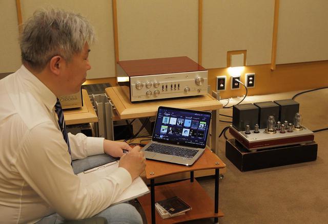 画像: 純正ペアとなる300BシングルパワーアンプMQ300を使用して試聴する三浦氏。