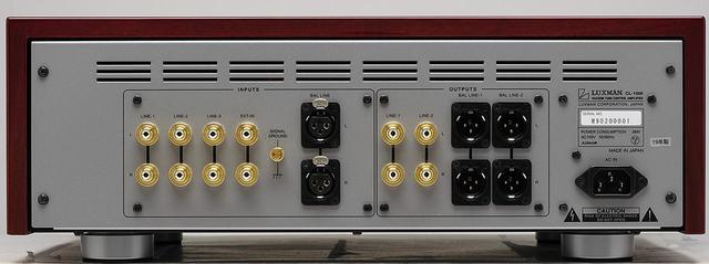 画像: リアビュー。向かって左にまとめられた入力端子は、RCAアンバランス4系統、XLRバランス1系統。右の出力端子はRCAアンバランス2系統、XLRバランス2系統。これはフロントパネルでRCAアンバランスかXLRバランスかを選択する切替式となる。