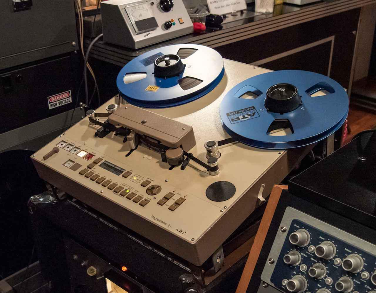 """画像: 受け側用に使用されたテープレコーダー。テレフンケン「M21 1/2""""」。内蔵されるアンプは送り出し用も含めて、「STUDIO Dede」のエンジニアである松下真也さんがレストアしたヴィンテージ・アンペックス。"""