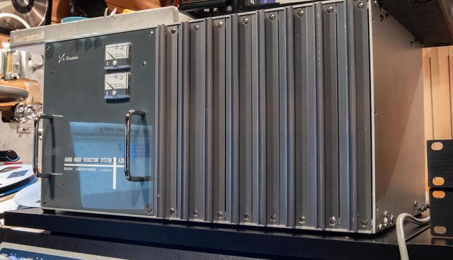 画像: ドルビーラボラトリーズのドルビーAノイズリダクションユニット「A301」。近年、主流となっている1Uサイズのオペアンプ仕様ではなく、この「A301」はフルディスクリートの回路基板が特徴の初期型で、「1Uサイズのそれより音質的に優位性がある」と松下エンジニアは語る。