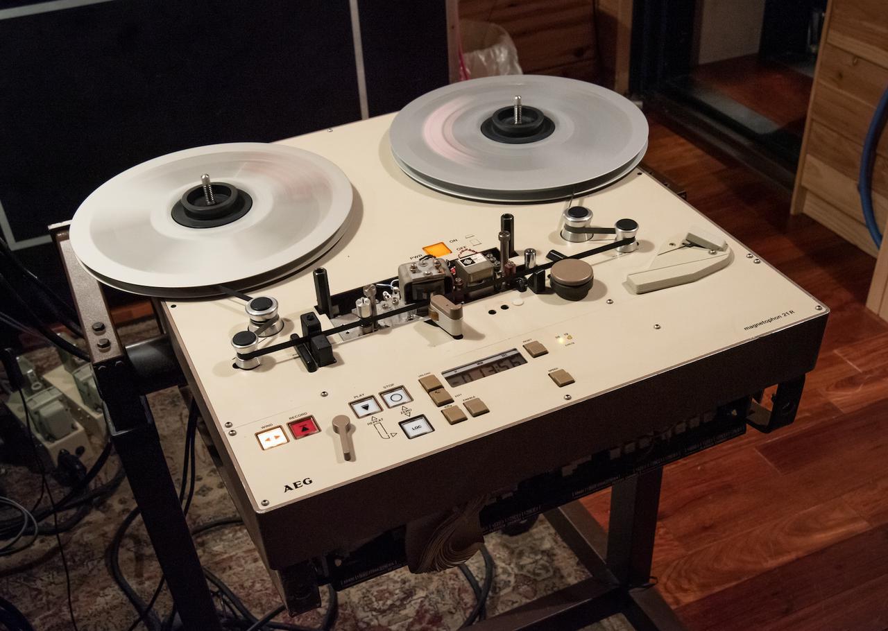 """画像: マスターテープのデュプリケーション(テープ・トゥ・テープのトランスファー)作業に使用されたテープレコーダー。こちらは送り出し用のテレフンケン「M21 1/4""""」。"""