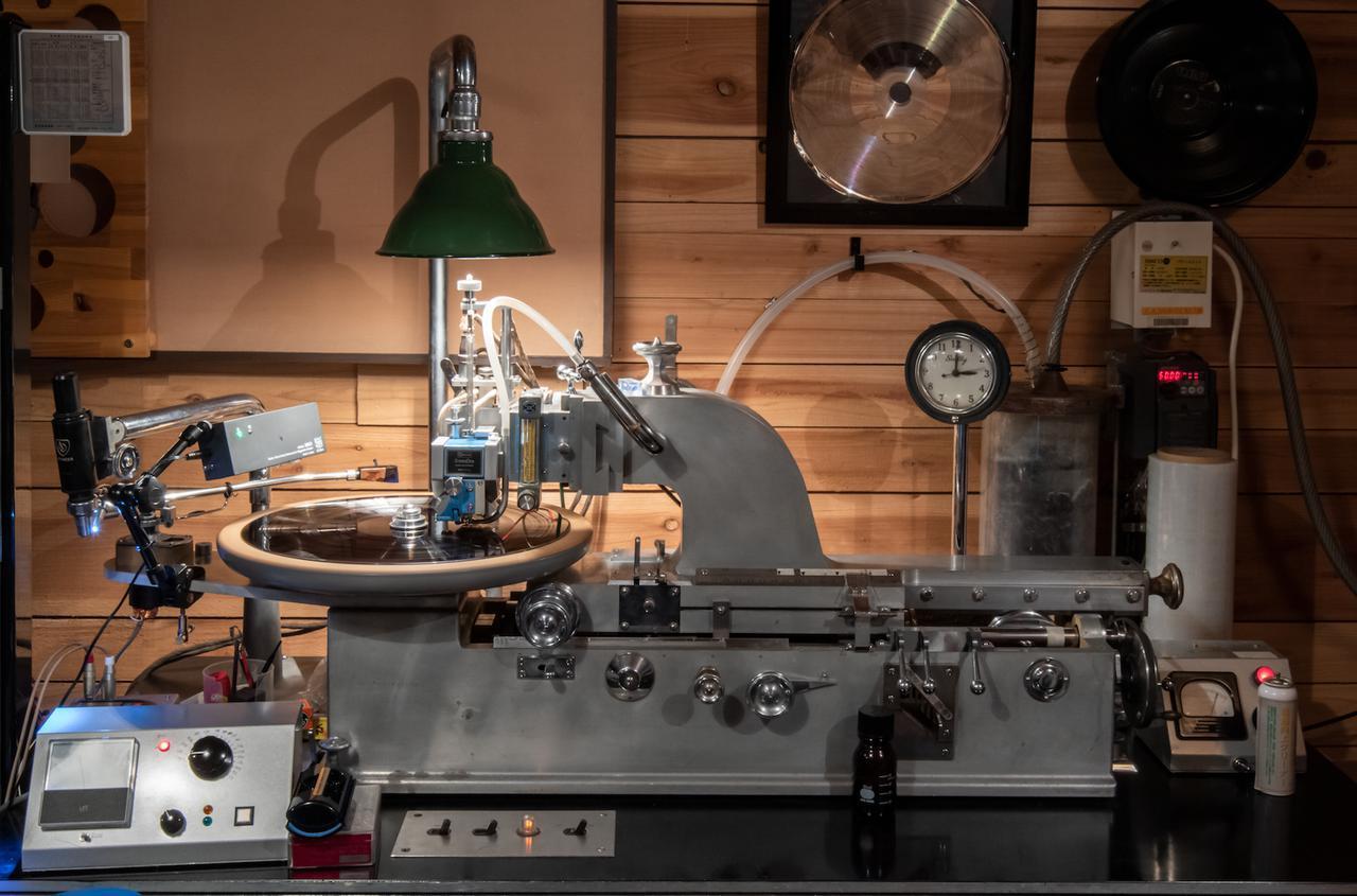 画像: 「STUDIO Dede」にて稼働中のカッティングレースは米国スカーリー製で、ウェスタン・エレクトリックが改造を加えた「RA1389」、カッターヘッドは米国ウェストレックスの「3DⅡAH」。