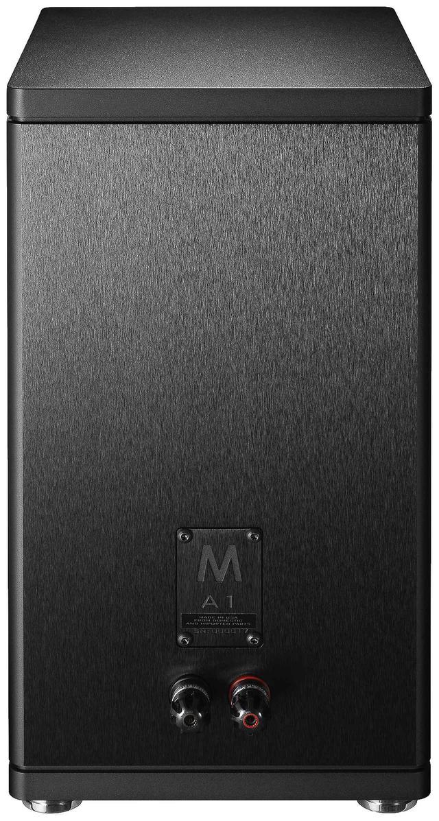 """画像: エンクロージャーは強度と耐食性を増すT6処理を施したアルミニウム合金6061。背面には、""""M""""のマークが切削加工で刻まれる。フルメタルボディでずっしりと重い"""