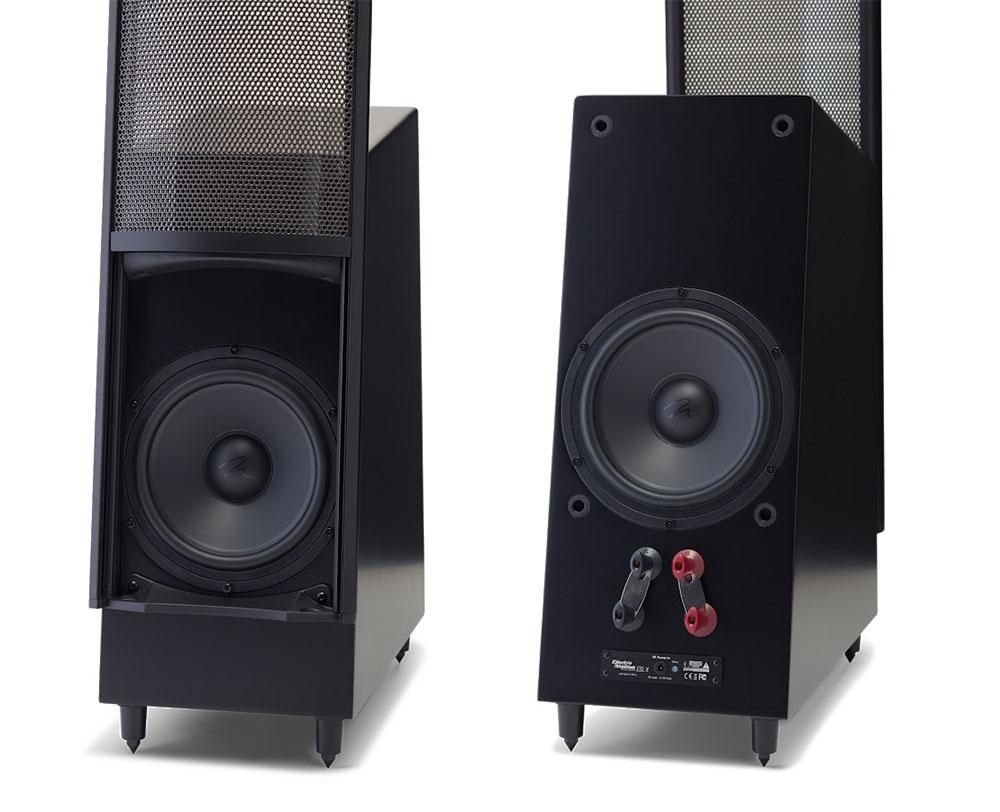 画像: 低域再生用ユニットのエンクロージャーは、平行面を持たない構想。正面(写真左)と背面(写真右)にウーファーを搭載している