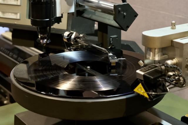 画像: テストカッティングされたラッカー盤にレコード針を下ろし、デジタルマスターとの間に音のイメージの変化がないかを確認する。カートリッジ、フォノイコライザーにははいくつかの種類が用意されていた