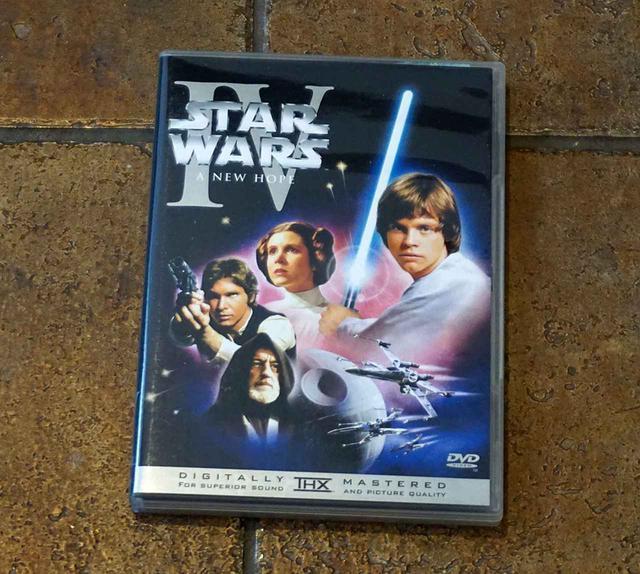 画像: DVD BOX『STAR WARS TRILOGY』より。日本版は『EP4』〜『EP6』の3枚組で、米国版は特典ディスクがはいった4枚組という違いもありました