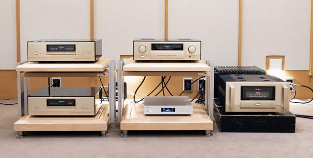 画像: 今回の取材では、StereoSound試聴室のリファレンス機器を使っている。SACD/CDトランスポートはアキュフェーズの「DP-950」(写真左上)、D/Aコンバーターは「DC-950」(写真左下)で、ハイレゾ音源はデラのオーディオ用NAS「N1」(写真中央下)から再生している
