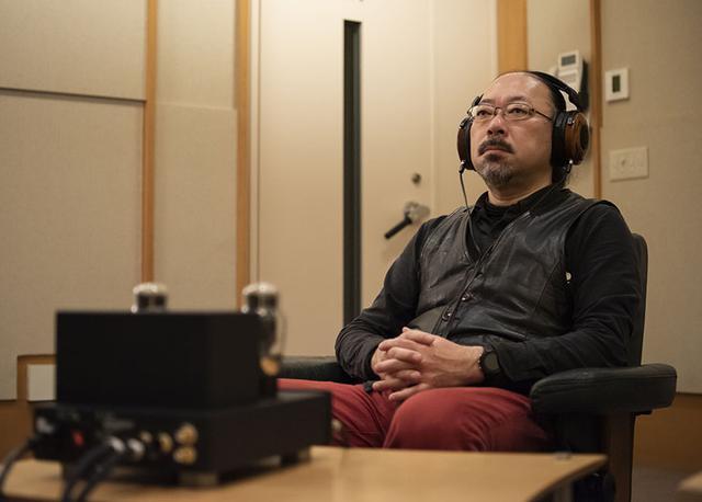 画像: SACDやハイレゾ音源をじっくり試聴する小原さん