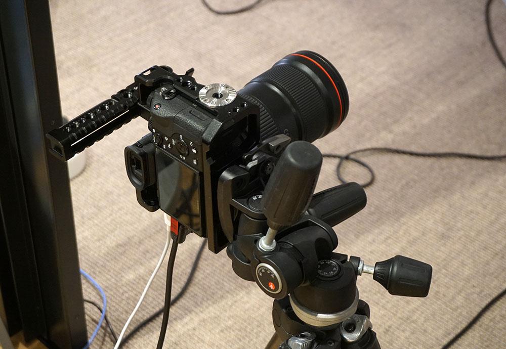画像: 撮影には、市販のデジタル一眼レフや、ステージ手前に置いたiPadのカメラを使っている