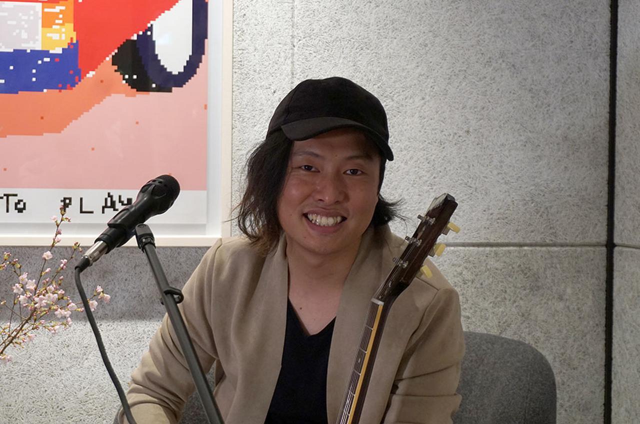 """画像: Cozy Couch Concerts #2でヴォーカルを担当した、白仁""""虎徹""""賢哉(Kotetsu)さん"""