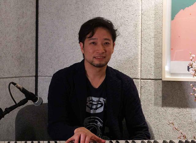 画像: 永田ジョージさん:1976年フロリダ州で生まれ、日本・英国・米国の三カ国で過ごし18歳で帰国。クラシックピアノを7歳から始め、大学からジャズピアニストとしての演奏活動を開始。卒業後は外資系IT企業で務めながらライブを継続。数多くのミュージシャンに影響を受け、敬愛するオスカー・ピーターソンおよびベニー・グリーンに倣い、心地よいグルーヴ感とリリカルなフレージングをモットーとするようになる。2012年6月に独立し、音楽専業となる。