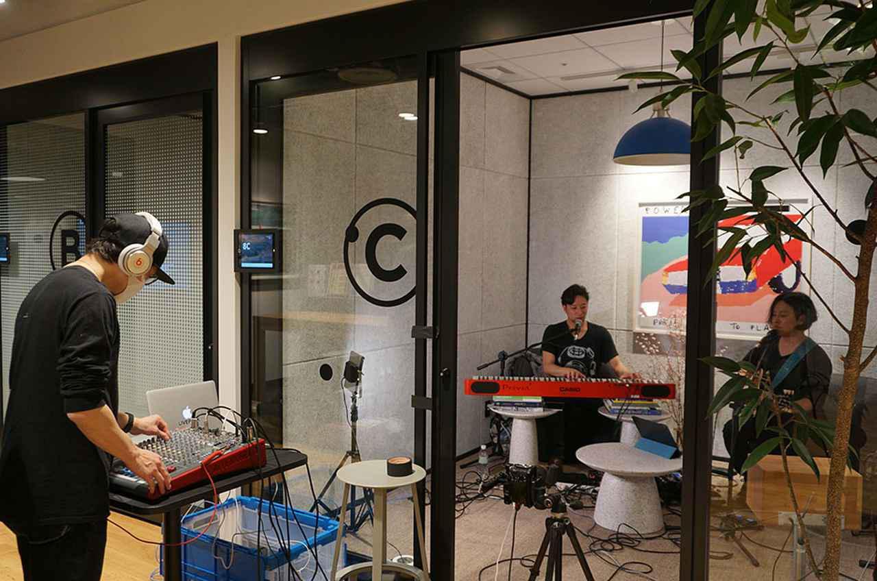 画像: 当日は、WeWorkのオフィス内会議室に仮設のステージを準備し、最小のスタッフで無観客ライブを配信した