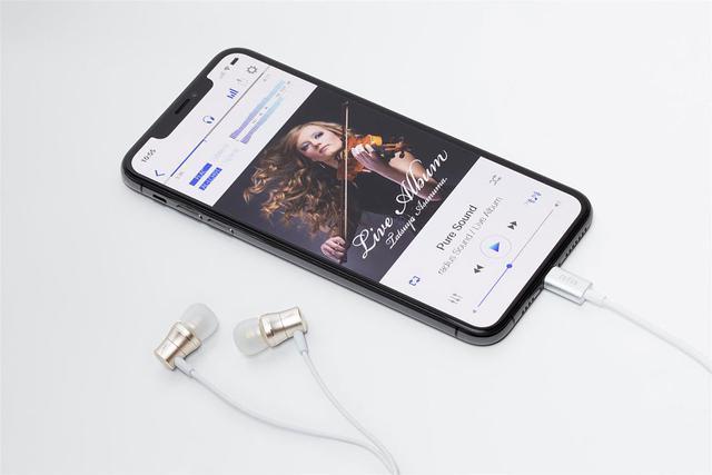 画像: Lightning端子を搭載するので、iPhoneに直接接続して使える