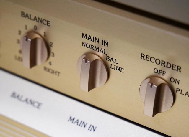 画像: 前面サブパネルを開けるとスイッチが並ぶ。AVアンプと接続し、サラウンドとステレオを切り替える際にはこの「プリ/パワー部分離スイッチ」を操作する