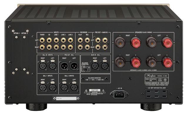 画像: E800の背面パネル。入力端子はラインが5つ、バランスが3つ。プリアウトとパワーアンプ入力も、ライン・バランスどちらも備える。スピーカー端子はLR2チャンネルずつ。バイワイヤリング接続に対応する。左の2つのスロットは機能拡張のためのもので、アナログ・ディスク入力ボード、デジタル入力ボード、ライン入力ボードの3つがオプションで用意されている
