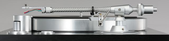 画像: ↑インサイドフォースキャンセラーを持たないピュアストレート形状のショートアームを搭載。アームパイプは銅メッキアルミをテーパード・カーボンで覆う2重構造で共振を排除する。配線材はPC-Triple Cを採用。ユニバーサル規格のヘッドシェル1個とカウンターウェイト2種が付属する。天板左に見えるノブは回転数微調整用でノブカバーがフィンガーレストとなる。