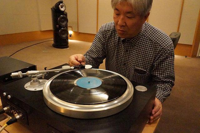 画像: ↑GT-5000に針を下ろす三浦氏。レコード盤の載せ替えがしやすいザグリが付けられた大径プラッターが見て取れる。