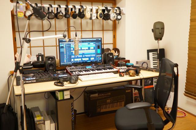 画像: 小岩井さんの自宅制作/試聴環境。スピーカーはジェネレック 8020A、8010Aを使用しているという。その他様々なヘッドホンが並んでいる。