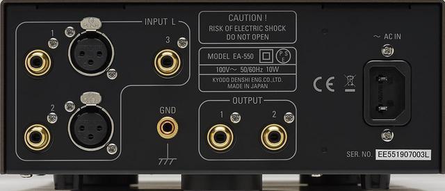 画像: EA550のLch側リアパネルを見る。入出力端子と電源インレットはL/Rch対称レイアウトで配される。フォノケーブルにDIN5pin−XLRプラグを持つフェーズメーションCC1000D(¥50,000)を使いバランス伝送でも試聴した。