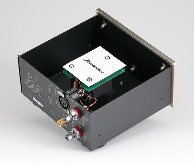 画像: T1000のRch内部を見る。新規開発された昇圧トランスはラバーで本体からフロートさせてマウントし、外部振動の伝播を防ぐ。トランス1次側中点をグランドとして2次側に接続する構造を持ちフォノのバランス伝送に対応する。