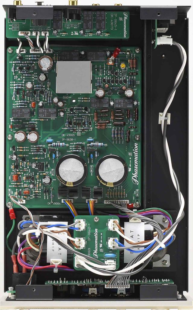 画像: EA550の内部。無帰還設計で、CR型のイコライザー部はシルバードマイカコンデンサーなど高音質パーツを採用。Rコア電源トランスを片chで2基搭載、整流回路にはローム製SiCダイオード採用と高品位な電源部設計が施される。2次巻線にPC Triple-Cを使った分割巻線、EIコア採用のMC昇圧トランスを新たに開発して搭載する。