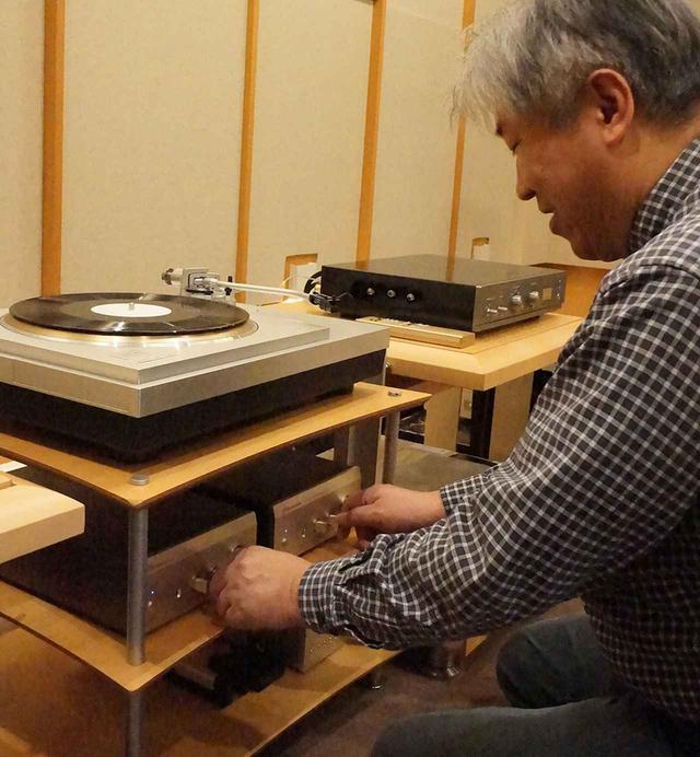 画像: L/R独立2筐体のEA550を操作する三浦氏。