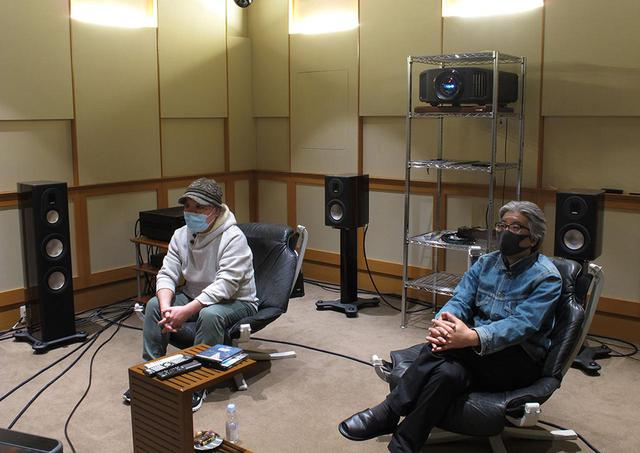 画像: 久保田さんと酒井さん。お互いにマスクをして、ソーシャルディスタンスを守りながらという、前代未聞の視聴でした