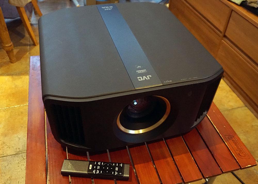 画像: HDR10収録のUHDブルーレイの映像をフルスペックで確認するために、JVCの4Kプロジェクター「DLA-V7」を借用し、110インチスクリーンに投写した。画質モードは「Frame Adapu HDR」を私用。その詳細はまた後日