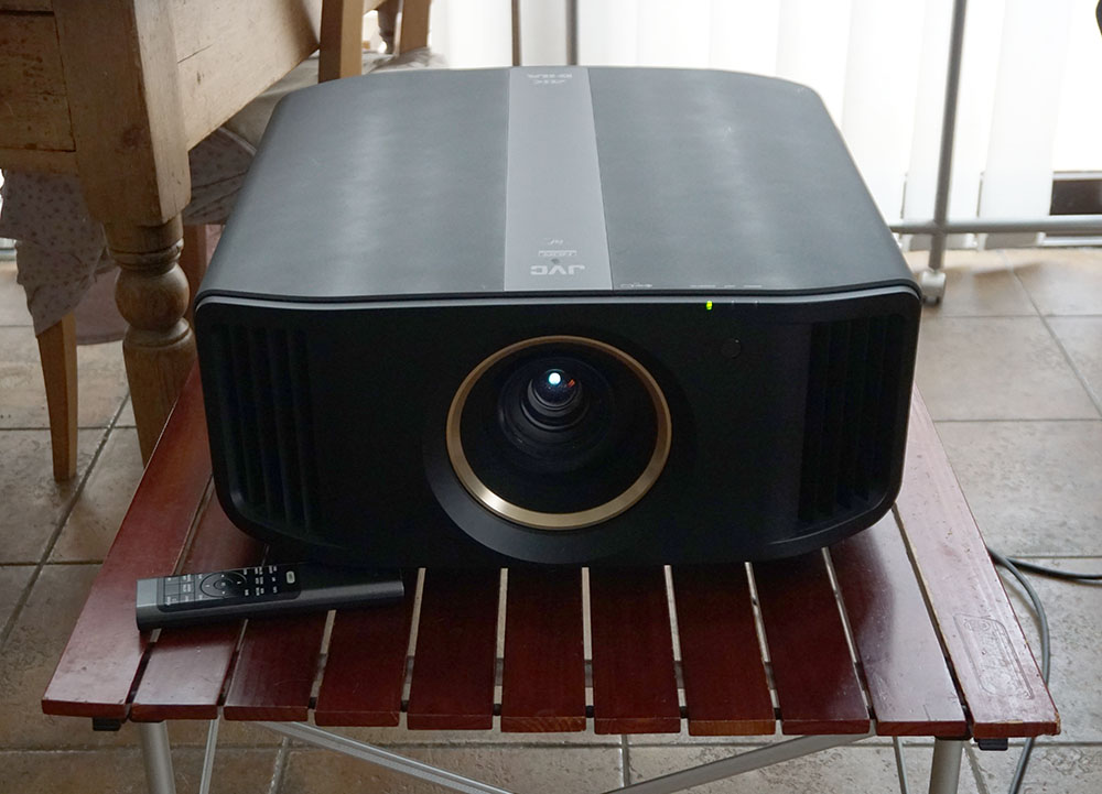 画像: 今回の取材用にお借りした、JVCのD-ILAプロジェクター「DLA-V7」(¥1,000,000、税別)