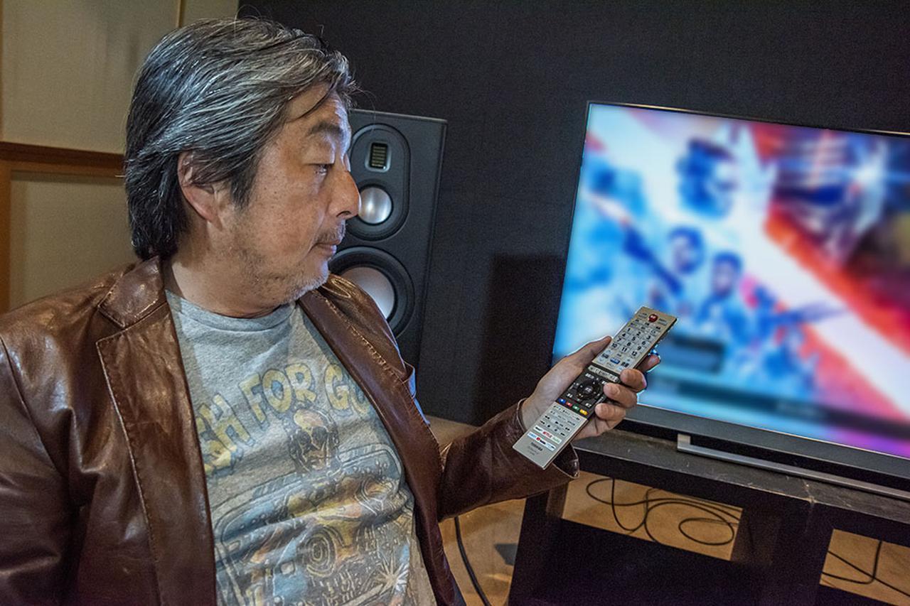 画像: 55Z740Xの最適画質を追い込む山本さん。以前スカイウォーカーランチに取材に行った際に購入したという、ビンテージのTシャツを着て取材に臨んでくれた