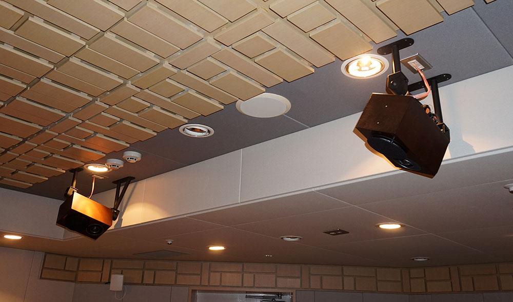 画像: トップスピーカーはヤマハNS-B700が2ペア天井に取り付けられていた